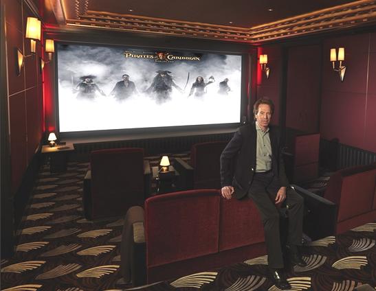 Jerry Bruckheimer in seinem privaten Kino (Quelle: Barco)